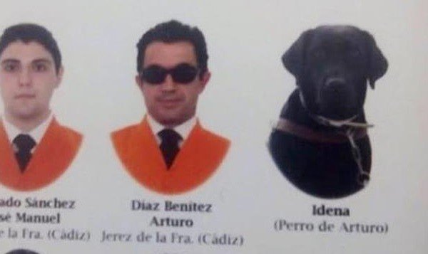 Un estudiante ciego se gradúa con su perro en la universidad de Cádiz