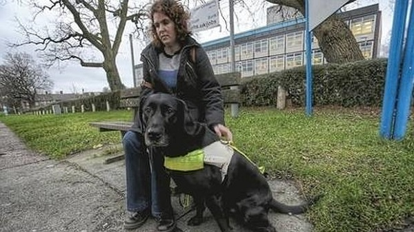 Sophie Aston y su perro guía