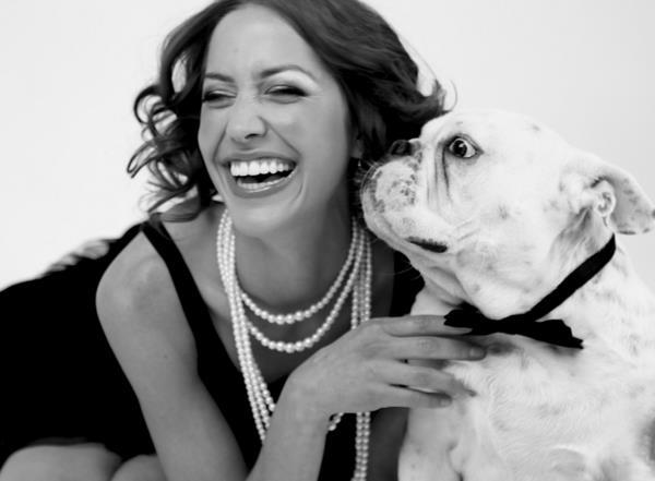 mujer-perro-blanco-negro