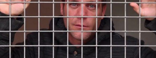 Rémi Gaillard se encierra en una jaula
