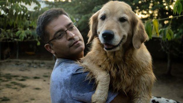 La historia del hombre que tiene 735 perros