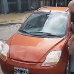 En argentina, un hombre impide que una mujer abandone a su perro